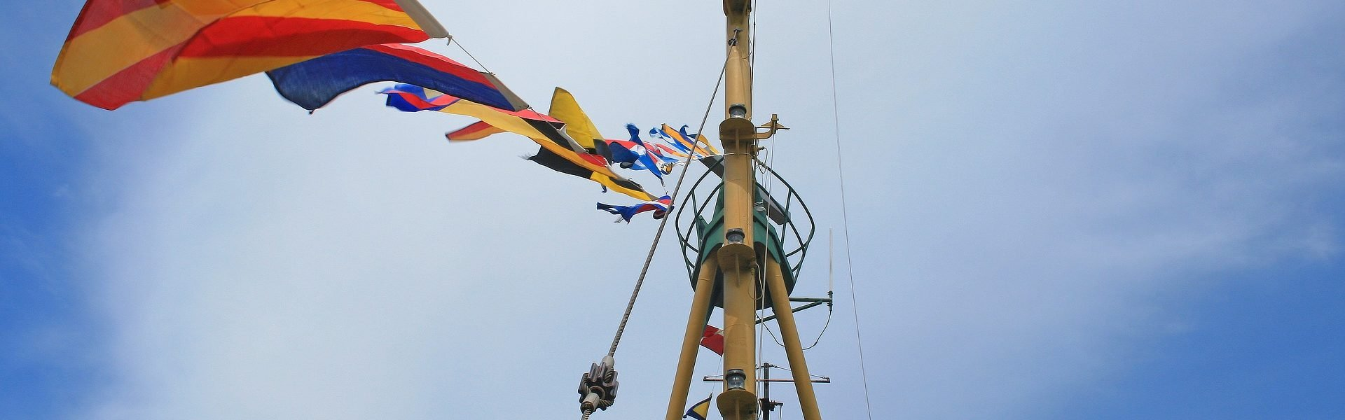 flags-on-tugboat-1731701_1920